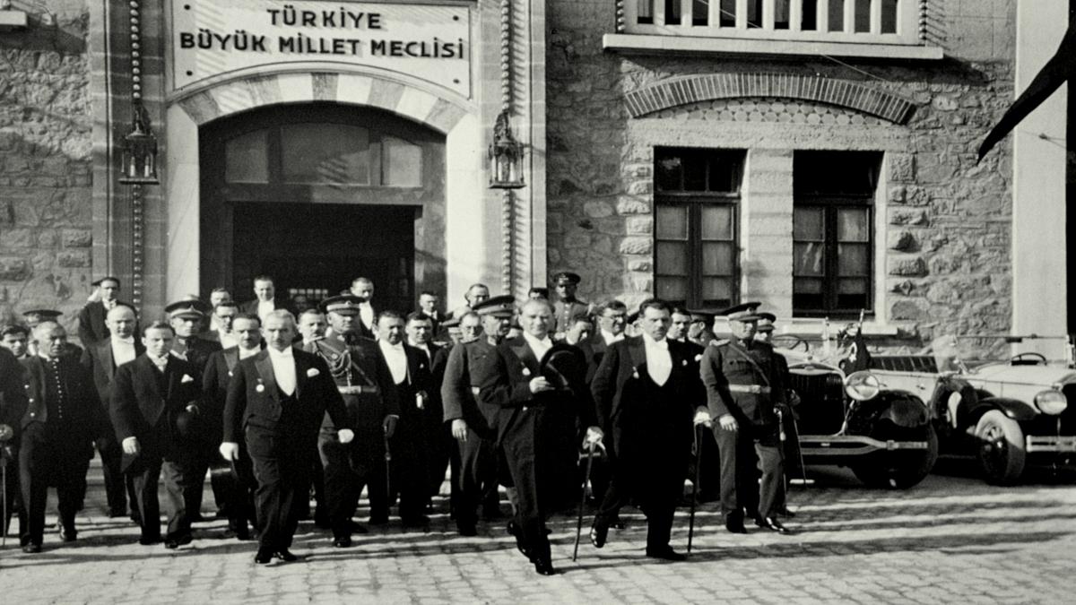 Türkiye Cumhuriyeti'nin ilk cumhurbaşkanı Mustafa Kemal Atatürk, yanında İsmet İnönü, Fevzi Çakmak ve kadrosunun diğer üyeleriyle birlikte TBMM'den çıkıyor. (29 Ekim 1930) Kaynak: Wikimedia Commons'tan Özgür medya deposu