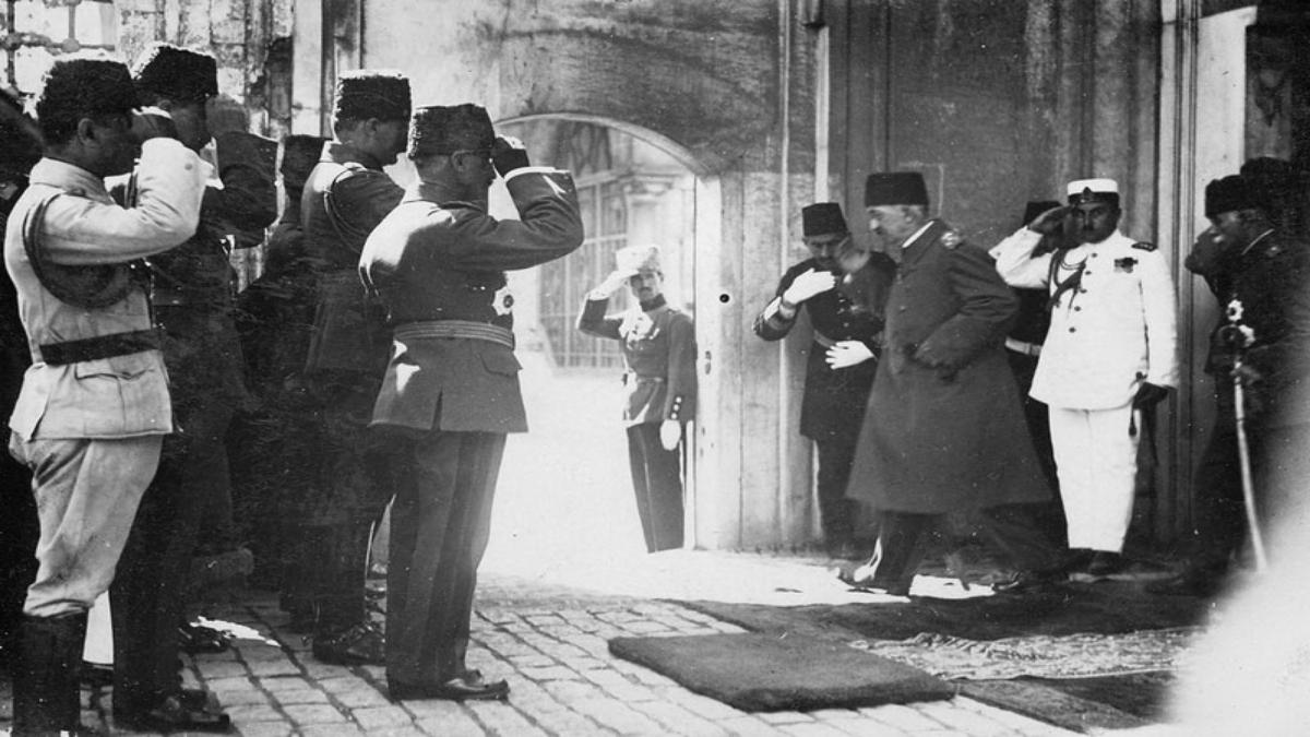 VI. Mehmed İstanbul'dan ayrılırken Kaynak: Wikimedia Commons'tan Özgür medya deposu