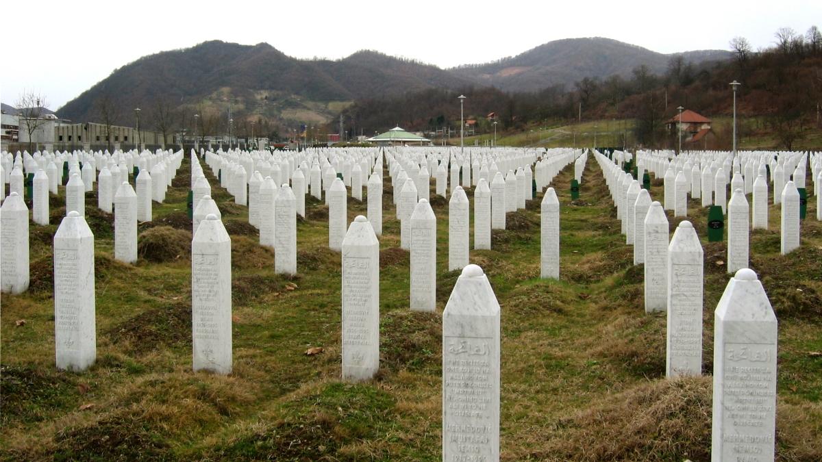 Gravestones at the Potočari genocide memorial near Srebrenica Kaynak: Wikimedia Commons'tan Özgür medya deposu