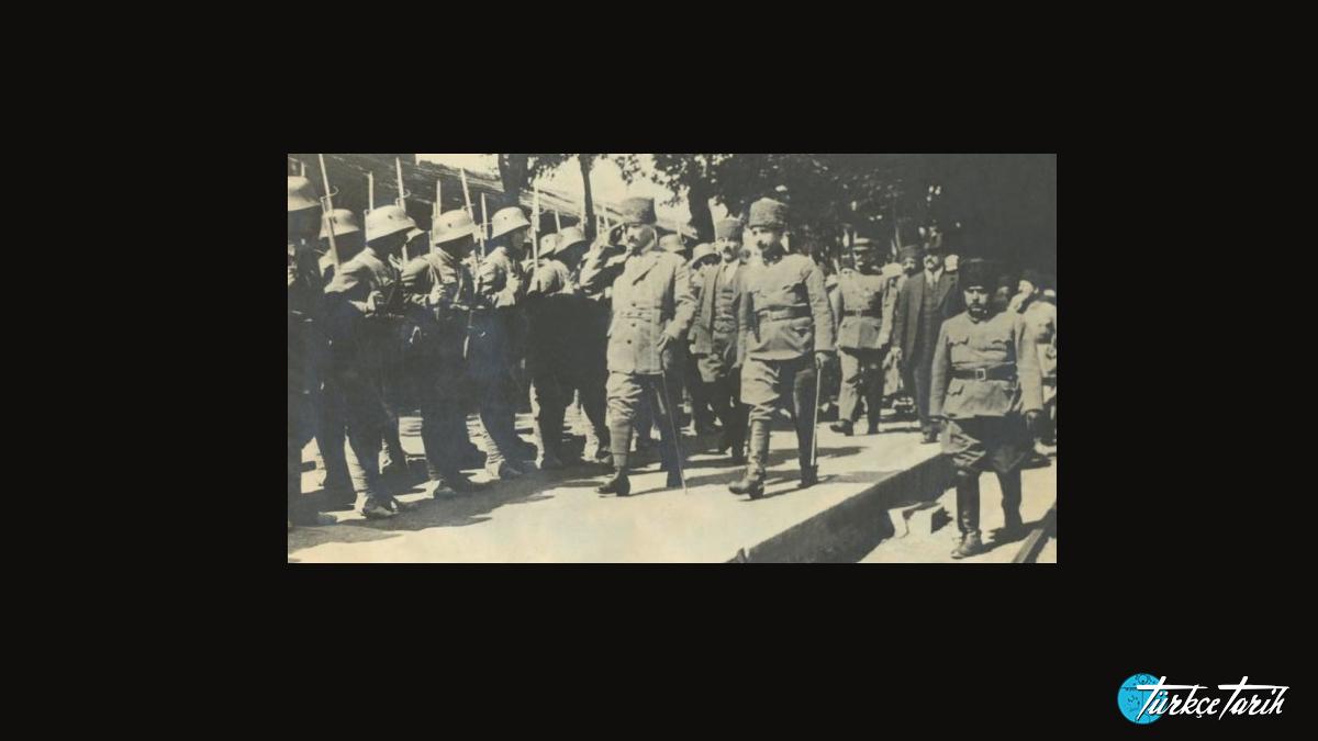 Mustafa Kemal Paşa ve İsmet Paşa II. İnönü Muharebesi'nden sonra askerleri teftişte. - Kaynak: Wikimedia Commons'tan Özgür medya deposu