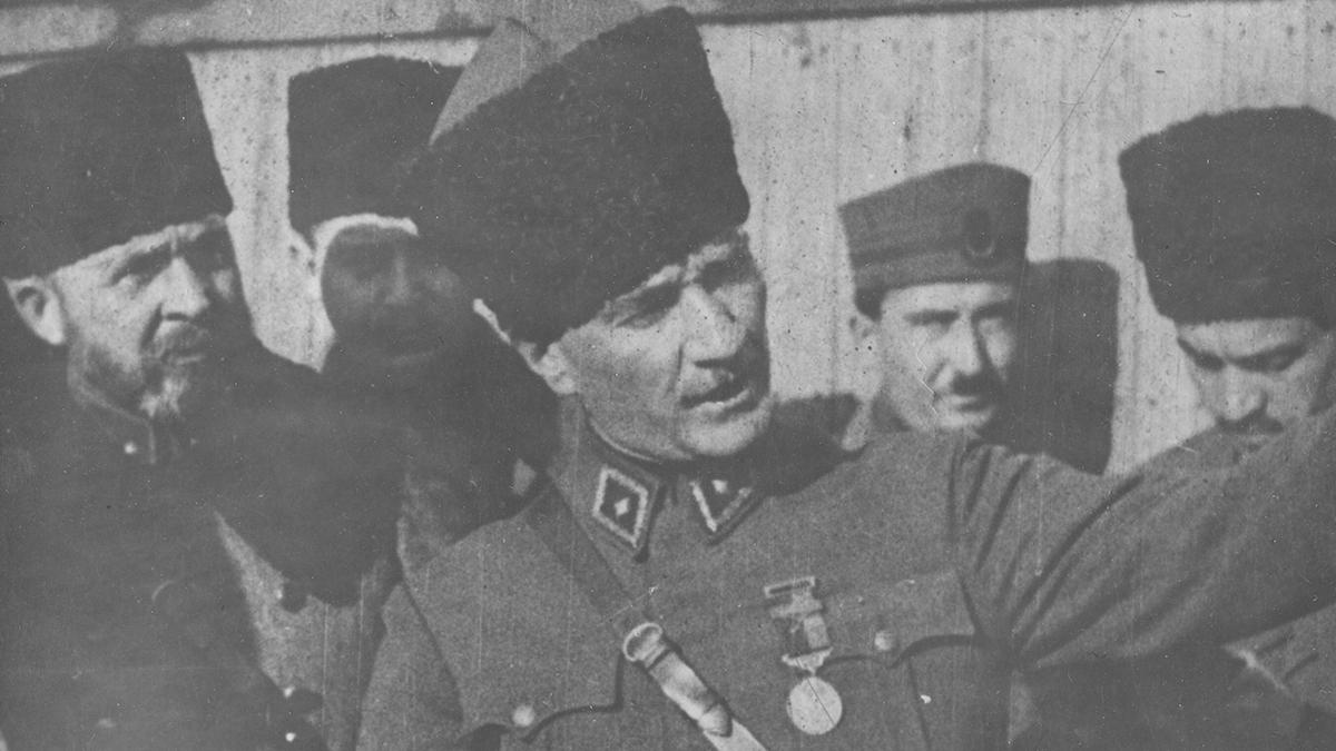 Başkumandan Mustafa Kemal Atatürk teftiş sırasında, arkada Nurettin Paşa, 1922