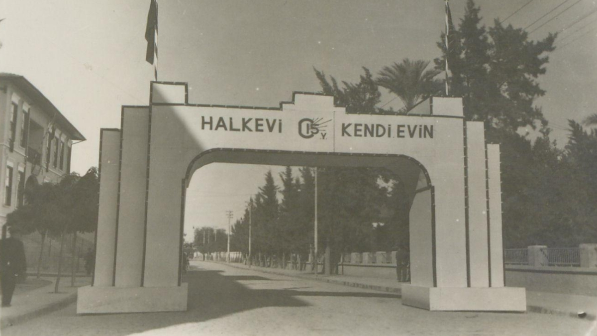 Adana Halkevi'nin temel atma töreni ve açılışına ait fotoğraflar Kaynak: İstanbul Şehir Üniversitesi Arşivi