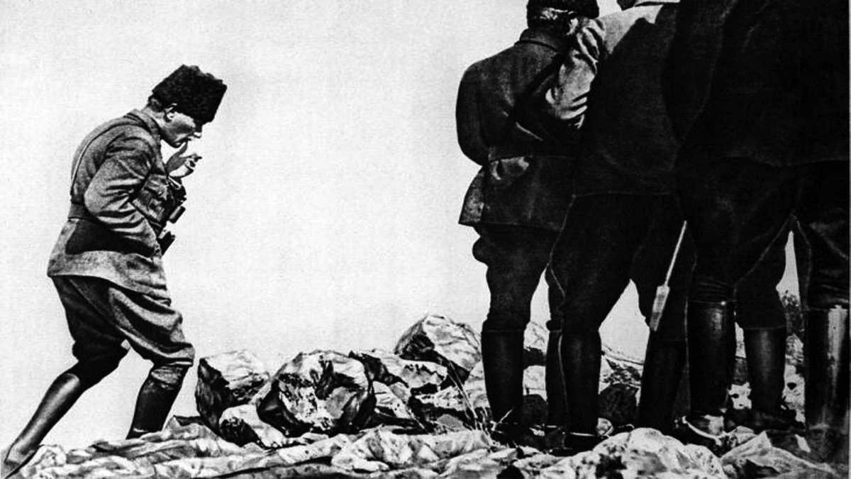 Mustafa Kemal Paşa Afyon'da bulunan, Büyük Taaruz'un kendisi tarafından başlatıldığı, sevk ve idare edildiği Kocatepe'de Kaynak: Wikimedia Commons'tan Özgür medya deposu