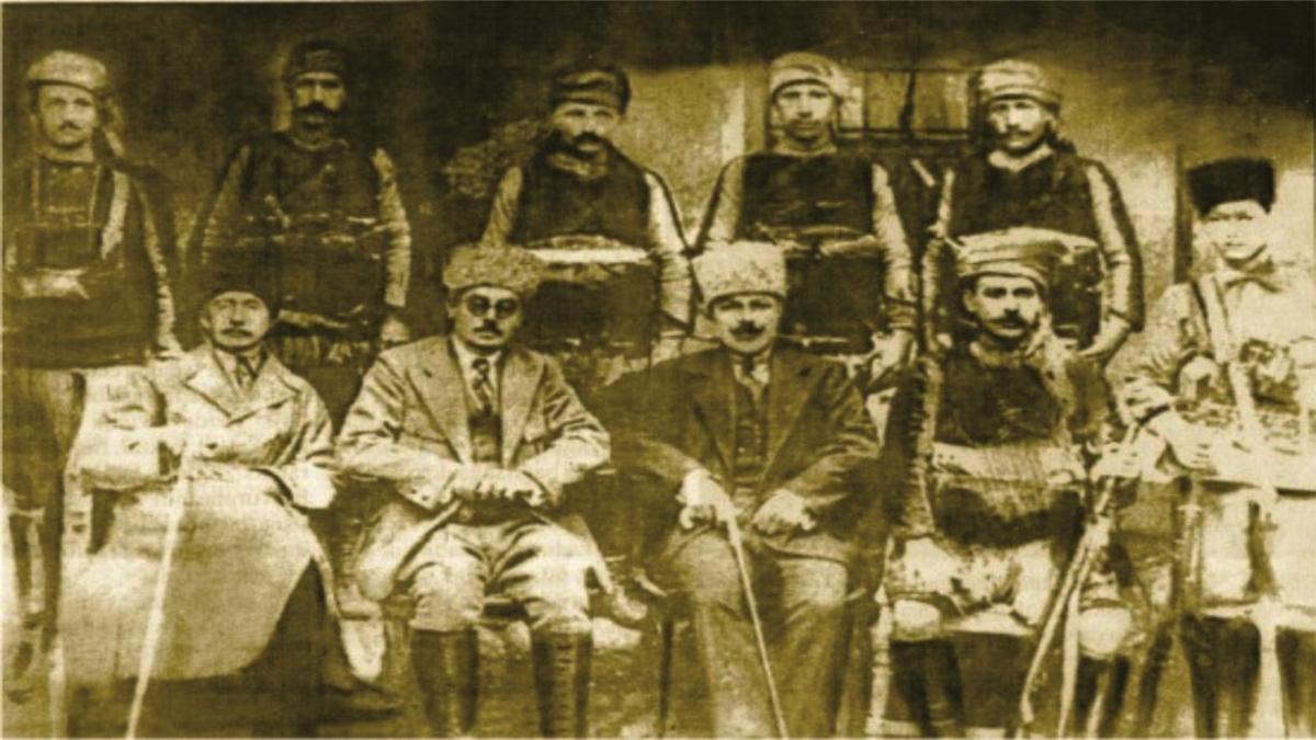 Mursallılı İsmail Efe - Oturanlardan sağdan dördüncü kişi - Necat Çetin arşivi