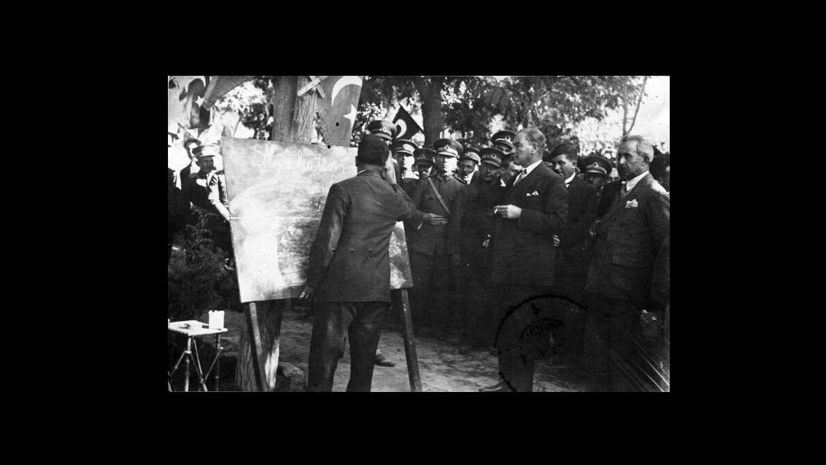 Başöğretmen Gazi Mustafa Kemal Sivas'ta yeni alfabeyi öğretiyor, 1928 Kaynak: Wikimedia Commons'tan Özgür medya deposu