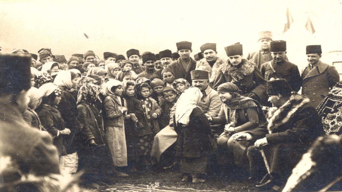 Kâzım Karabekir, Latife Hanım ve Mustafa Kemal Paşa Edremit yolu üzerindeki Ergama köyünde halk ile birlikte, 8 Şubat 1923 Kaynak: Wikimedia Commons'tan Özgür medya deposu