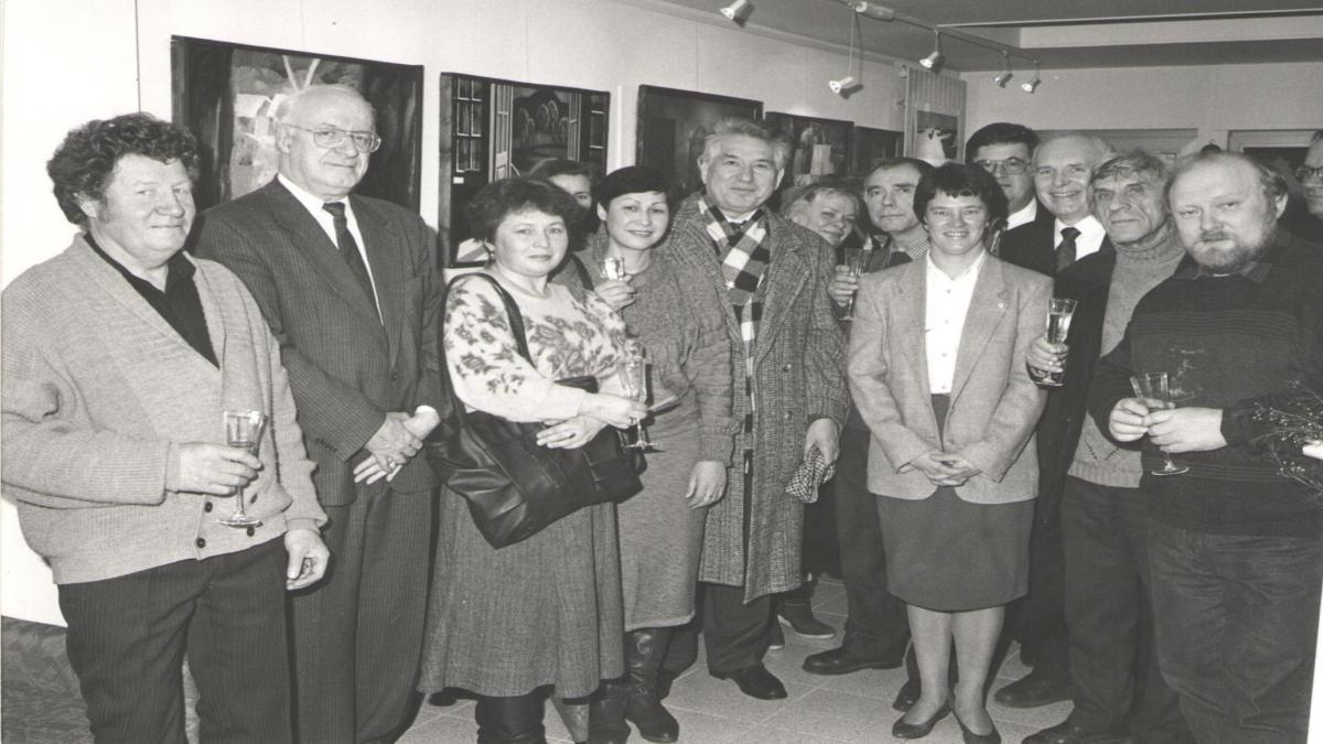 Cengiz Aytmatov, Lüksemburg'daki bir resim sergisinin açılışında, ressam Yury Matushevsky en solda, Mikhail Abakumov en sağda. (1990'lar) Kaynak: Wikimedia Commons'tan Özgür medya deposu