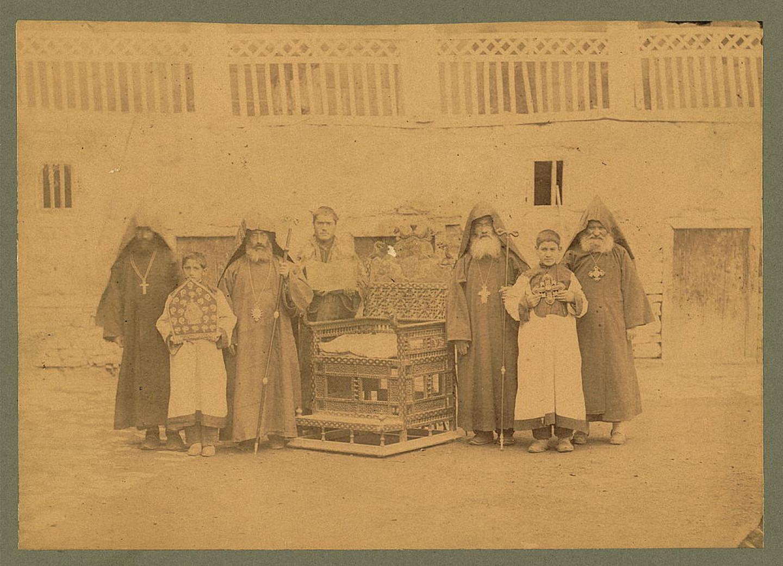 Varagavank Ermeni manastırında, Ermeni rahipleri ve çocukları - Amerika Birleşik Devletleri Kongre Kütüphanesinde, LOT 13551, no. 48