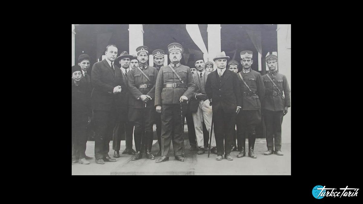 I. Ordu Komutanı Kâzım Karabekir, kurmaylarıyla birlikte İstanbul'da, 1924. - Kaynak: Wikimedia Commons'tan Özgür medya deposu