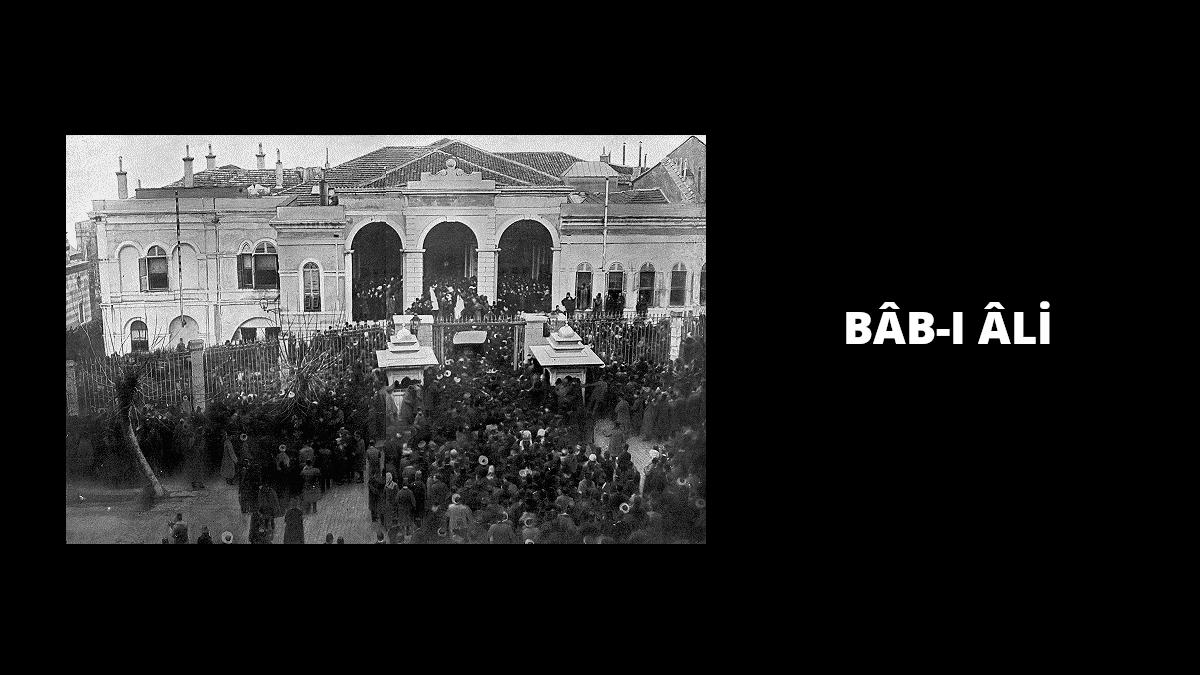 Baskının gerçekleştiğinin duyulmasının ardından Bâb-ı Âli'nin önünde artarak toplanan kalabalık. Kaynak: Wikimedia Commons'tan Özgür medya deposu