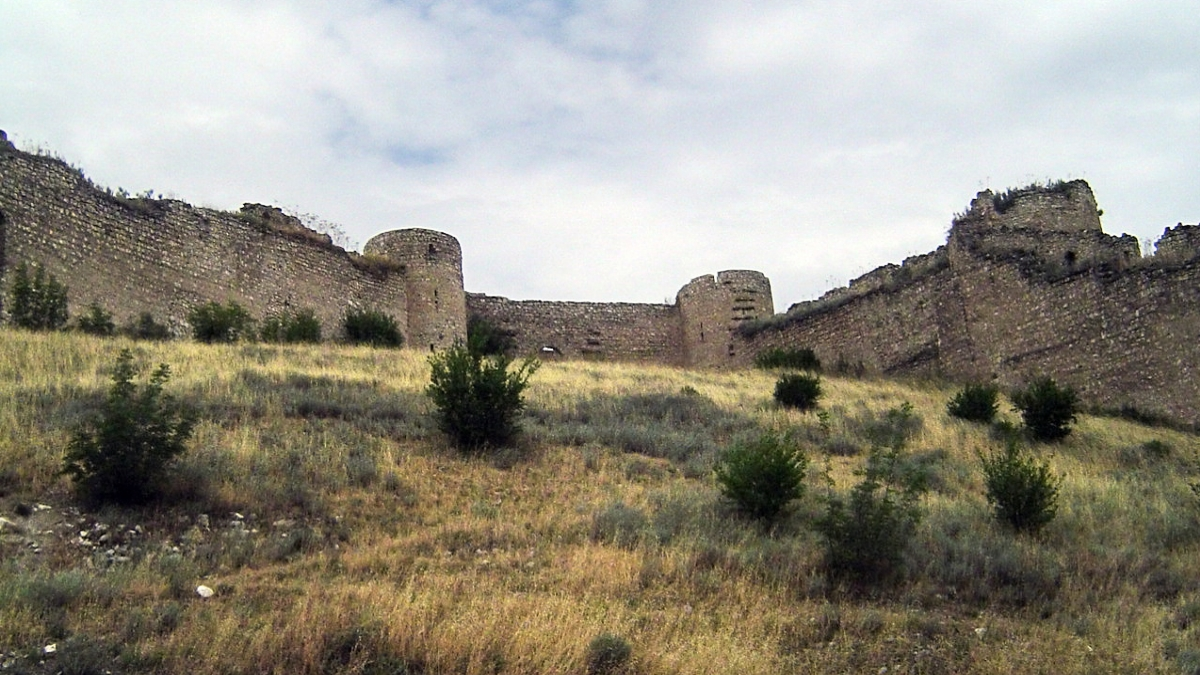 Remains of the Askeran fortress just outside of the city of Stepanakert, Nagorno-Karabakh. Kaynak: Wikimedia Commons'tan Özgür medya deposu
