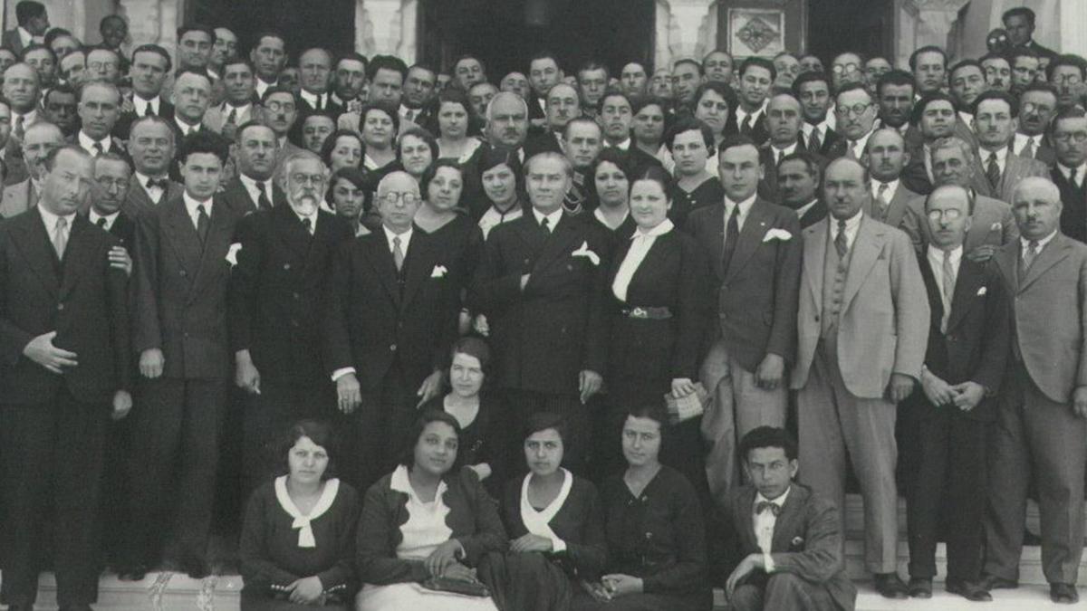 9 Temmuz 1932 Atatürk 1.Türk Tarih Kongresi'ne katılanlarla. Kaynak: https://www.ttk.gov.tr/yayinlarimiz/i-turk-tarih-kongresi-02-11-temmuz-1932-ankara/