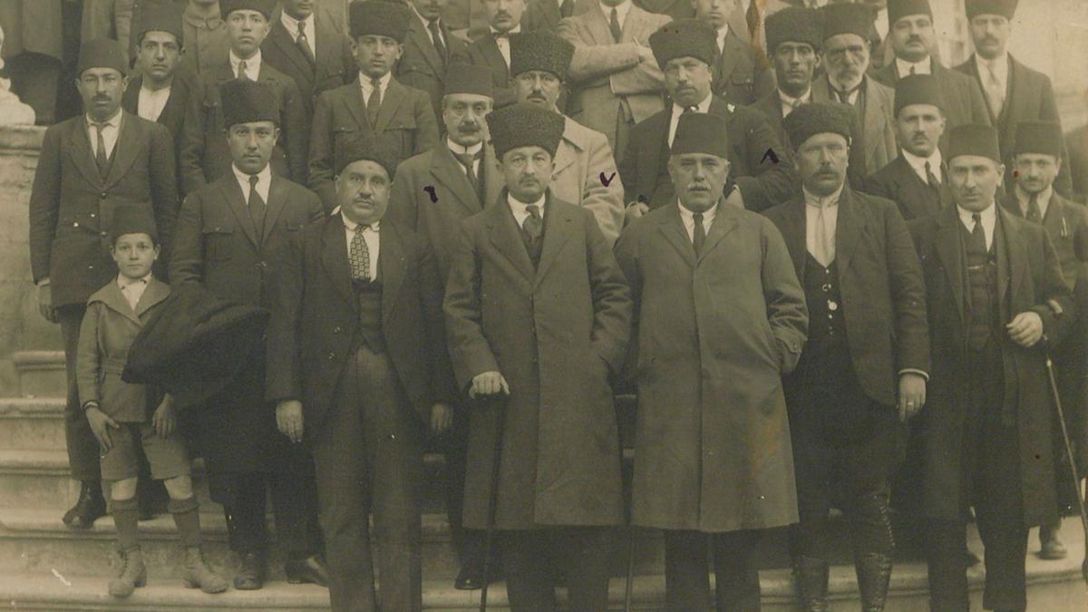 Ziya Gökalp'in aralarında bulunduğu fotoğraf, 1924, Kaynak: İstanbul Şehir Üniversitesi Arşivi